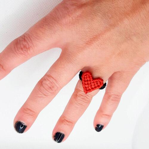 Anillo de macramé Colección Love corazón color rojo