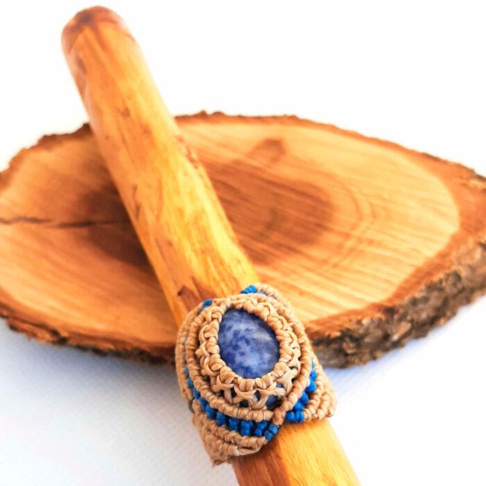 Anillo de macramé color crudo con sodalita azul