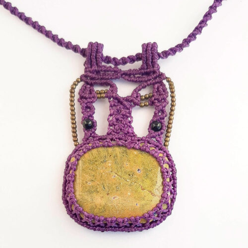 Collar de macramé color morado con atlantisita
