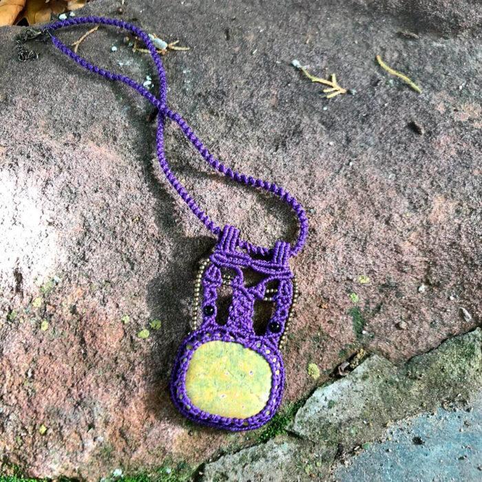 Collar de macramé color morado con atlantisita