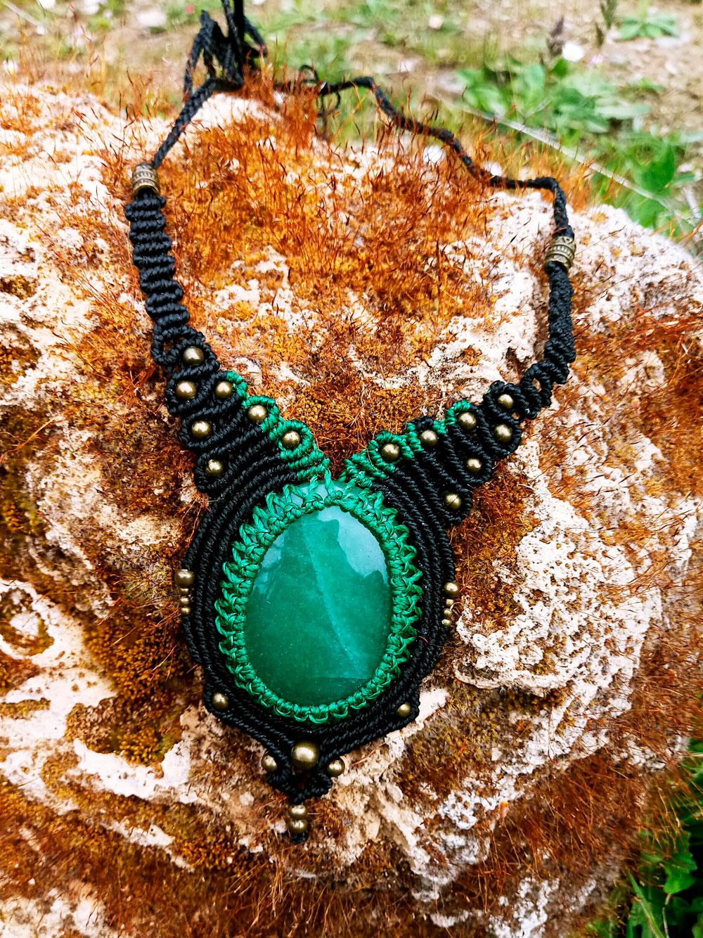 Collar de macramé color verde y negro con aventurina