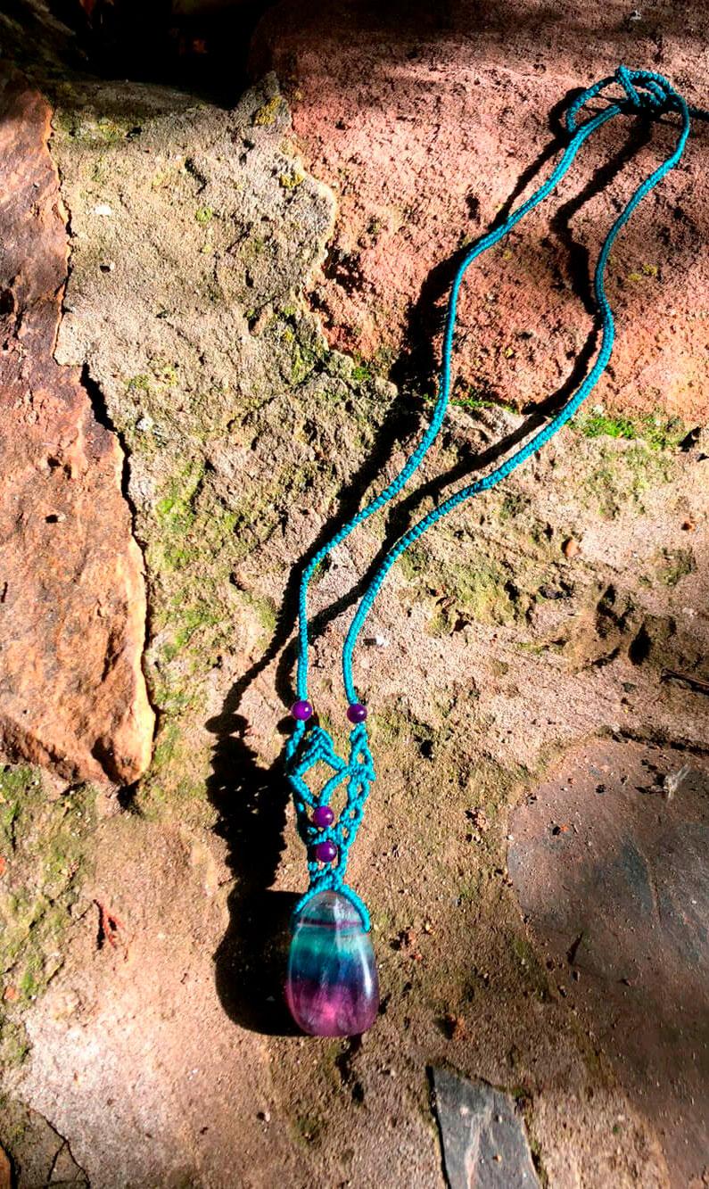 Collar de macramé de color azul con fluorita