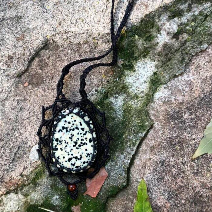 Collar de macramé negro con jaspe dálmata