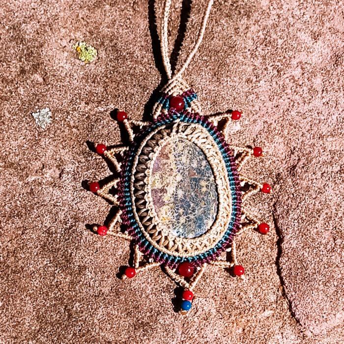 Collar de macramé en crudo, rojo y azul con jaspe leopardo