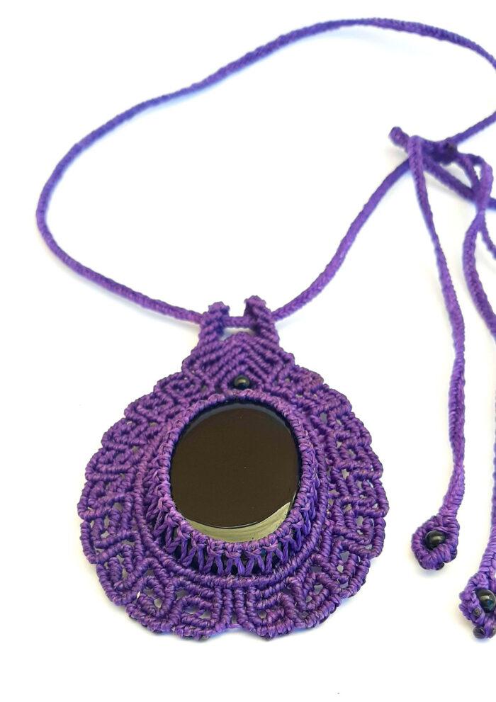 Collar de macramé color violeta con obsidiana negra