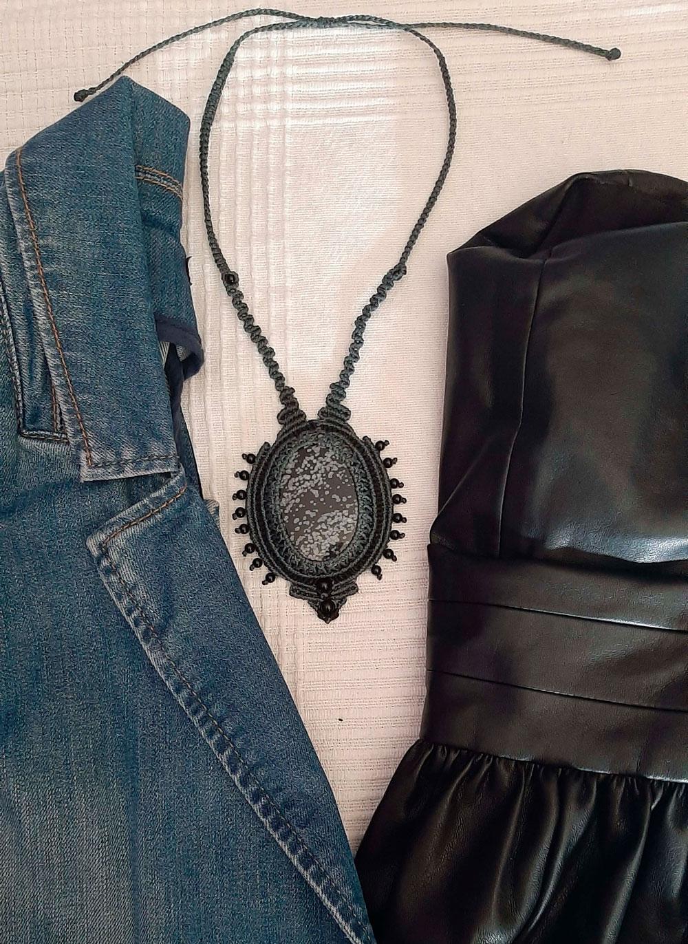 Collar de macramé con obsidiana nevada