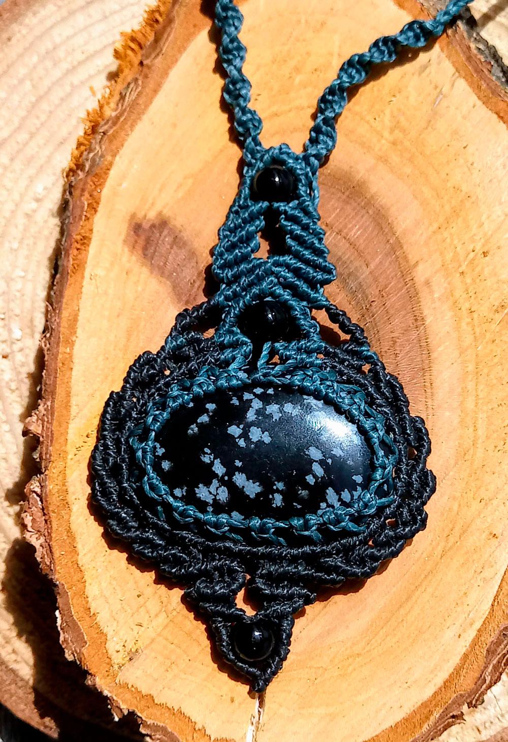 Collar de macramé con obsidiana nevada pequeño