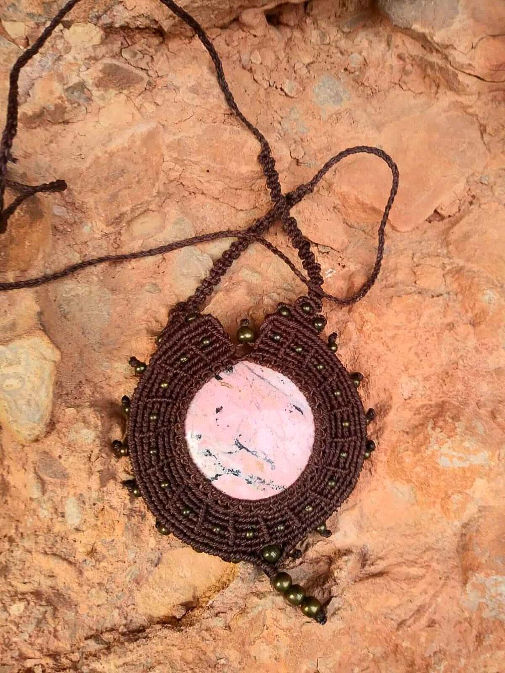 Collar de macramé redondo color marrón con rodonita