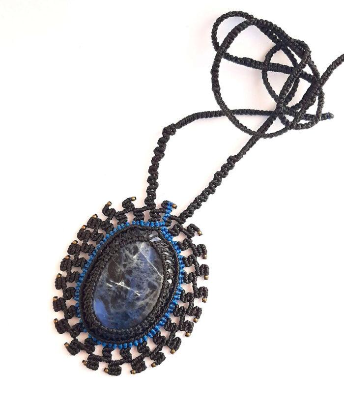Collar de macramé negro y azul con sodalita