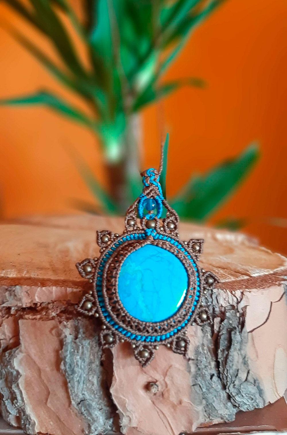 Collar de color marrón con turquenita azul