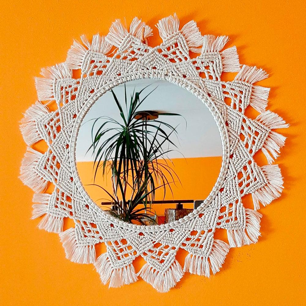 Espejo tejido en color blanco de macramé