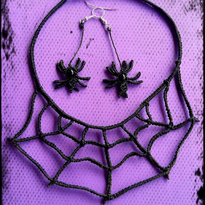 Conjunto de collar y pendientes de macramé de color negro con forma de telaraña