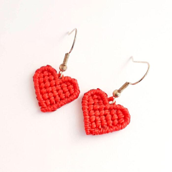 Pendientes de macramé colección Love corazón rojo