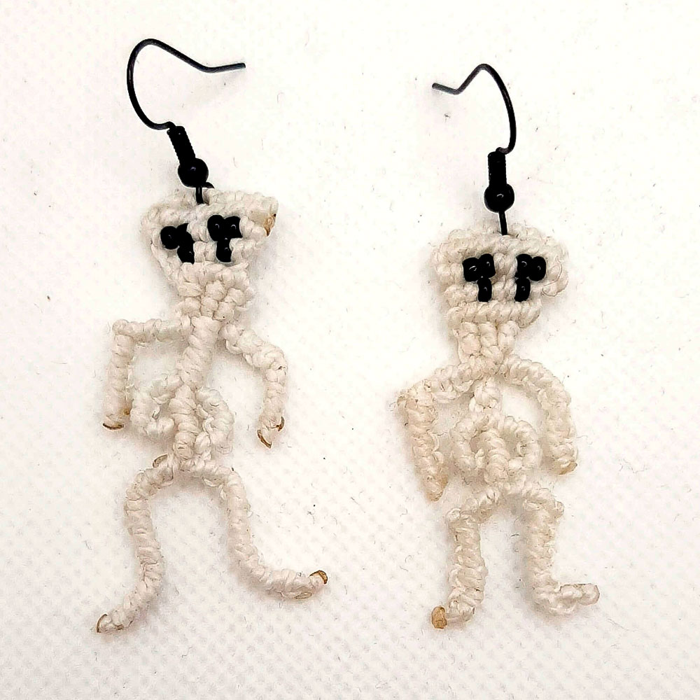 Pendientes de macramé de color blanco con forma de esqueleto