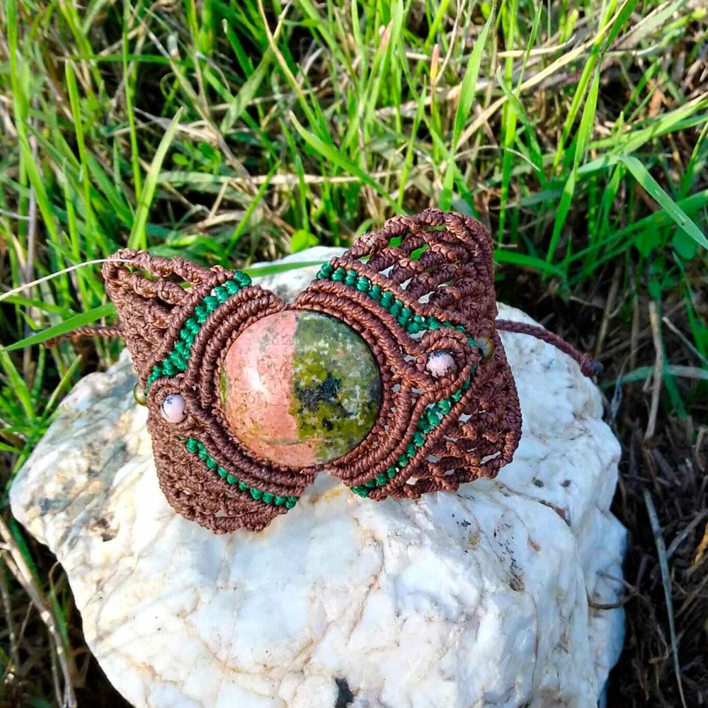Pulsera brazalete de macramé con unakita color marrón