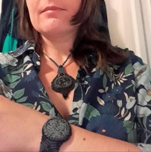 Raquel con su conjunto de pulsera y collar