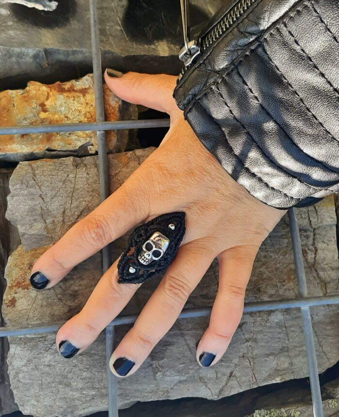 anillo de macramé rockero con calavera